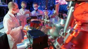 Prof. Dr. Gerhard Paulus, Doktorand Felix Wiesner und Dr. Silvio Fuchs (v. l.) in einem Laserlabor.