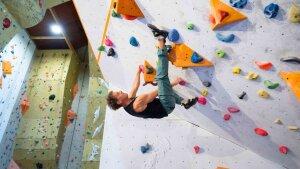 Akrobatik am Überhang: Prof. Dr. Oliver Werz in der Kletterhalle.