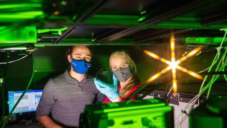 Prof. Dr Isabelle Staude (r.) and physics doctoral candidate Tobias Bucher develop optical antennas.